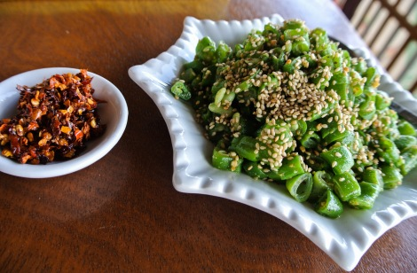 Inlesalad, chopped okra topped with sesame seeds and a bowl of chili.